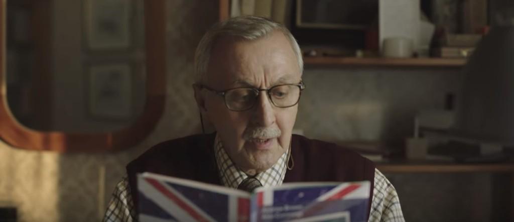 波蘭老先生努力學英文「坐巴士走路都不停在學」,2:38秒處讓人眼眶都濕了...