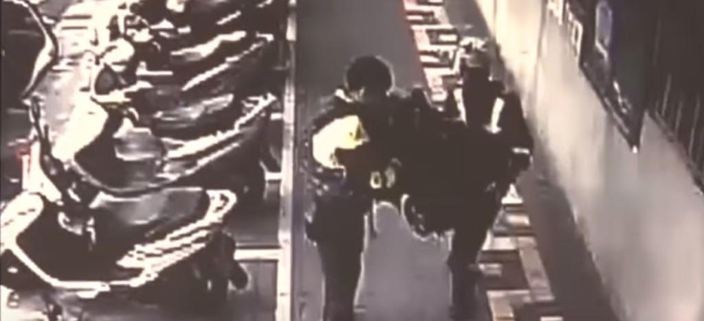 4歲小男孩趁爸媽睡覺時,「駕駛BMW超跑」到3公里外買麥當勞薯條被警察「超萌逮捕」。