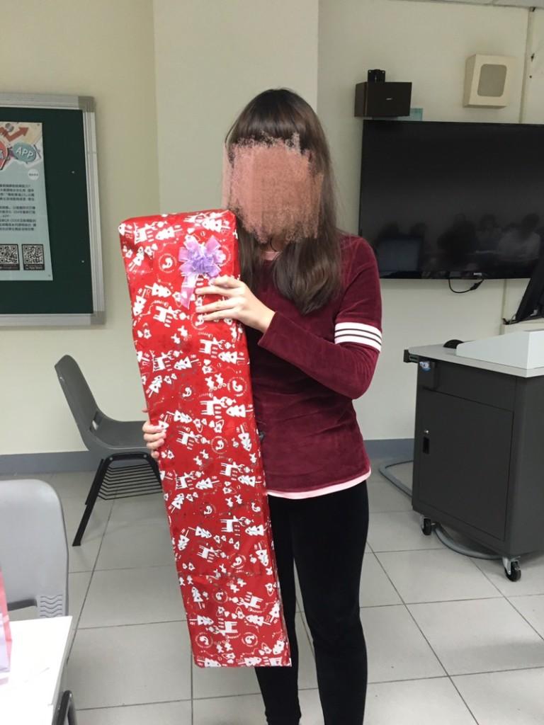 她交換禮物抽到「最大最長禮物」全班超羨慕,一打開「後悔到網上爆紅」!
