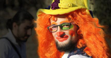 為了讓受創的敘利亞孩童們笑「小丑拒絕」與家人逃難,最後慘死留下新婚妻子一人。