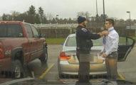 開車超速的學生慌張解釋「不會打領帶」,暖警邊檢查證件邊散撥大愛!