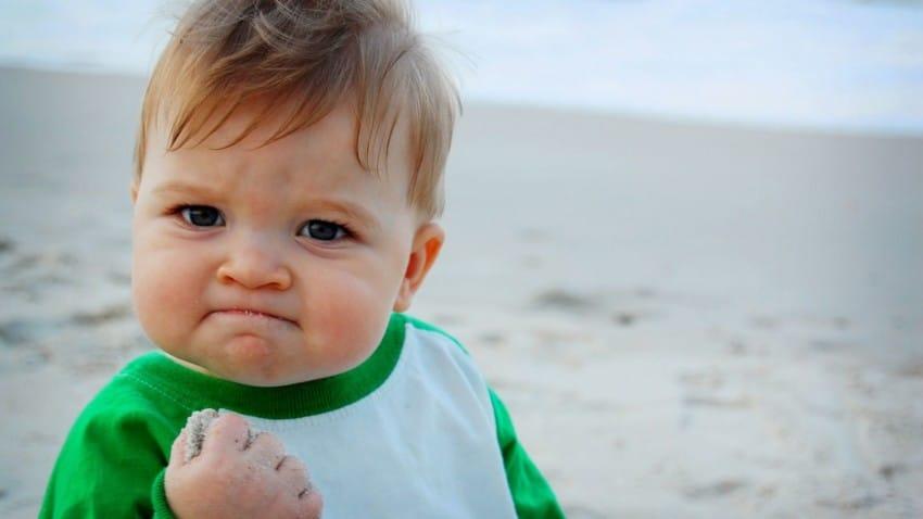 網路爆紅的「加油寶寶」已經10歲變小帥哥,長大的他利用自己名氣「拯救老爸性命」!
