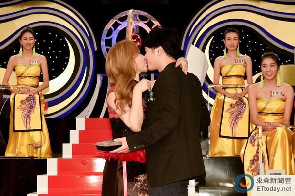 利菁小14歲帥氣老公許仙「正面首曝光」,獻花後熱情擁吻3秒閃瞎一片!