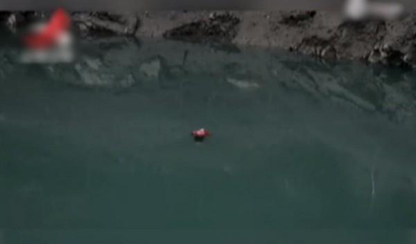 「羽絨女浮屍」在水中慘漂浮3小時,消防員一把撈起她突然「睜開眼睛」。