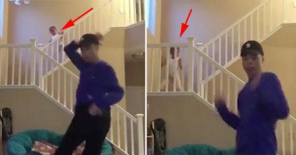 哥哥努力自拍跳舞,「觀眾的注意力」全被後面偷偷出現的妹妹吸光光!