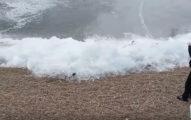 俄國冬天爆冷到湖上出現「冰浪」奇景,慢慢越堆越高太吃驚了!(影片)