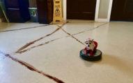 主人回家時發現狗狗學會用掃地機器人畫出「便便招喚魔法陣」,網友:「很確定這是《鋼之鍊金術師》」
