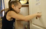 地表最強9歲女孩「30秒打出221拳」將門打爆,爸媽說「是為了讓功課更好」...