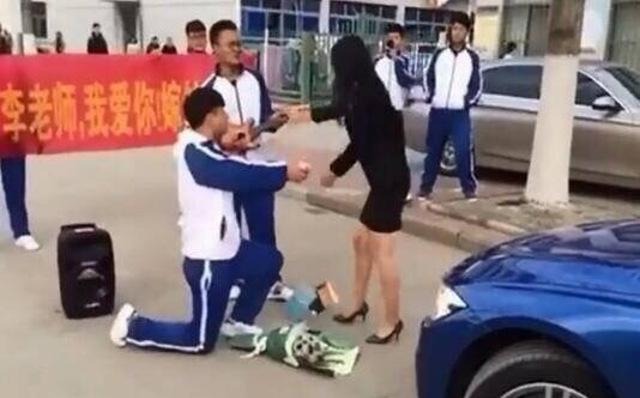 國中學生向女老師求婚,掏出鑽戒那一刻「激到怒點」慘敗...
