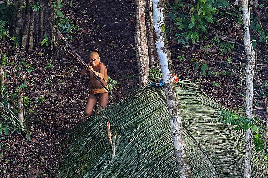 攝影師意外發現「與世隔絕神秘部落」差點被箭射到,驚呼:「回到2萬年前!」