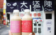 大稻埕出現神明認證過的「月老奶茶」販賣機,瓶內還會出現超準愛情籤詩!遊客表示:「被說中」!