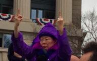 紫衣女子「霸氣比出不是一根而是兩根中指」向川普示威,網友:「美國超級英雄」!