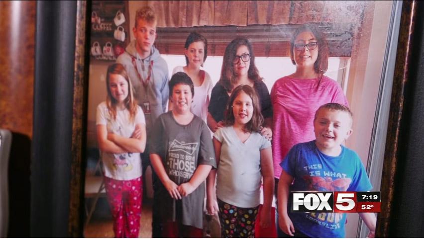 好心夫妻收養鄰居3孩子 有天回家發現「原本的房子不見了」