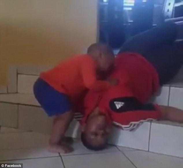 男童目睹阿姨死亡哭斷腸「全程被錄下」真相讓網友罵翻!主謀:「接下來有更血腥屍體照」。