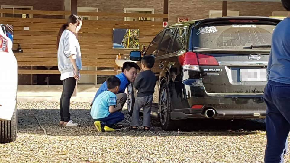 「兒子拿石頭在車上畫畫」爸爸零責罵教育吸引上萬人按讚,網友笑說:「換做是我早就*$^^#&*(」