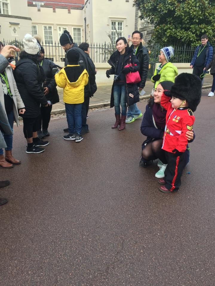 4歲「超可愛迷你衛兵」向衛兵敬禮 意外收到「壽星福利」萌翻現場民眾!