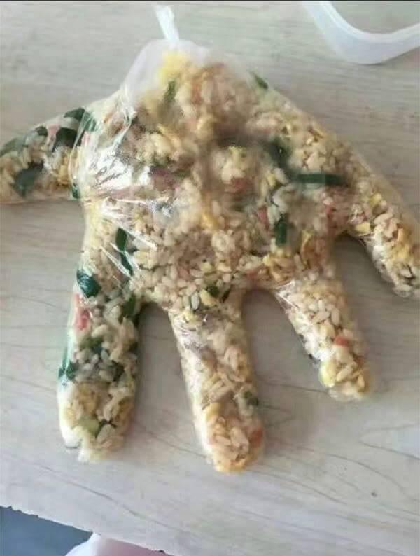 老闆的塑膠袋不夠,只能給客人「炒的一手好飯」讓網友笑翻!