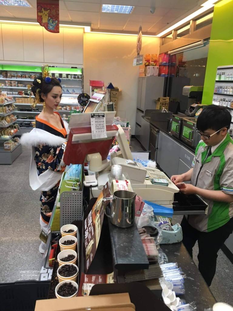 深溝古裝媚娘穿越到超商買東西,店員「淡定結帳」戳中網友笑點!