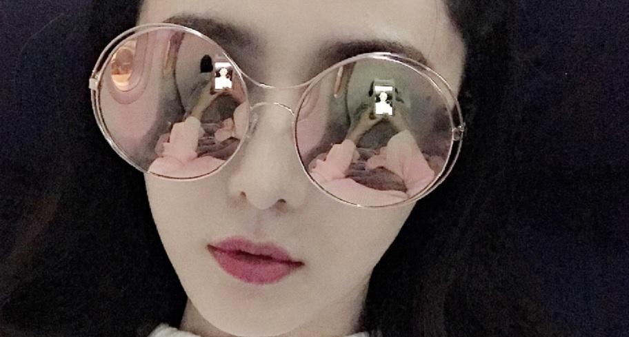 范冰冰搭機分享自拍照 「墨鏡變照妖鏡」網罵翻:姿勢太沒禮貌!
