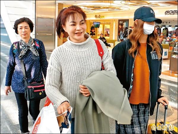 周子瑜「低調返台」與家人過年,機場遇到粉絲大方卸下口罩合照!(影片)