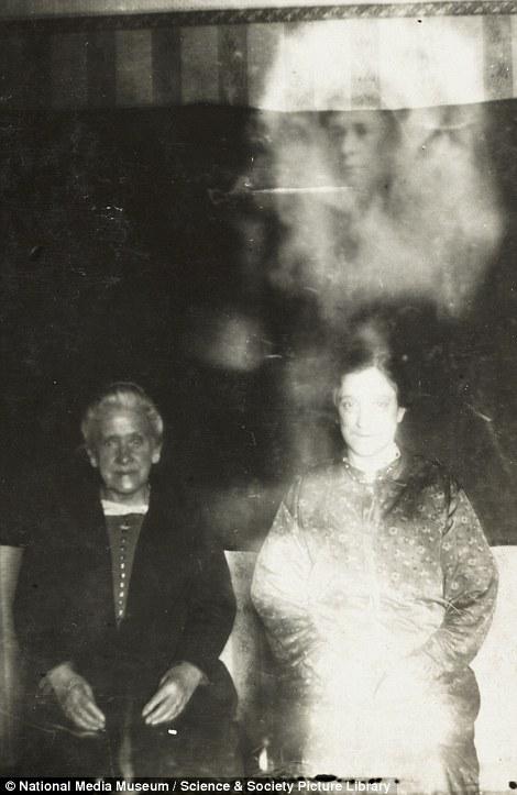 1920年代「靈異攝影大師」全國知名,「比PS更狂技術」福爾摩斯作者也被騙慘!