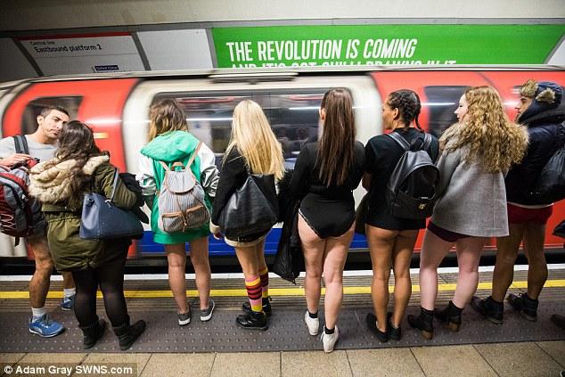 地鐵遭「只穿小褲褲翹臀辣妹和民眾」攻陷,路人只好把夾克蓋在腿上...