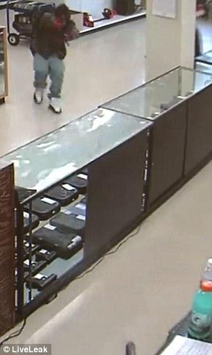 歹徒持槍衝入店裡搶劫,64歲老闆毫無猶豫直接轉身「開槍秒殺」全程影片超勇!