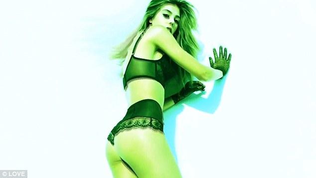 史特龍超美模特兒二姐「穿上黑色性感內衣」大賣風騷,「搖擺蜜桃屁股蛋」影片爸爸看到會氣炸!