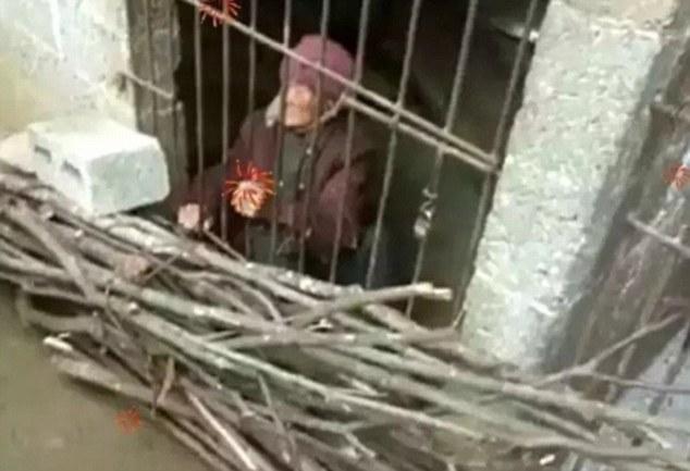 92歲老奶奶被兒子關在籠子裡「當豬養」,影片中「手臂基本是骨頭」惡劣環境令人心疼...
