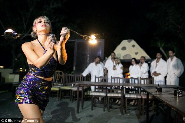 西班牙「全裸餐廳」開業,除了讓客人全裸連服務生都躺著「上菜」可直接享用!