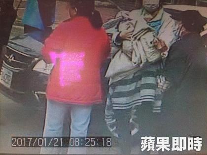 婦人後巷發現「12℃棄嬰快凍死」急送醫,才驚覺救的是自己「親孫子」!