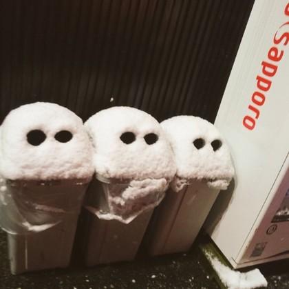 日本被寒冷冬天襲擊,網友拍到男子走路滑倒「帥氣倒栽蔥」的爆笑照片!
