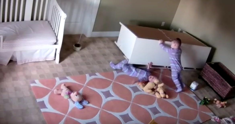 雙胞胎兄弟「慘遭櫃子壓倒」嚴重生命危險,2歲淡定男童「化身浩克」完美救援!(影片)