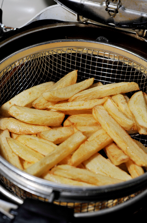 34歲女子不爽「薯條被男友吃光」無法接受,直接跑到廚房「拿菜刀回來猛刺」!