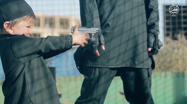 ISIS讓男童「開槍射殺俘虜」,拍下整段影片當宣傳...(非趣味)