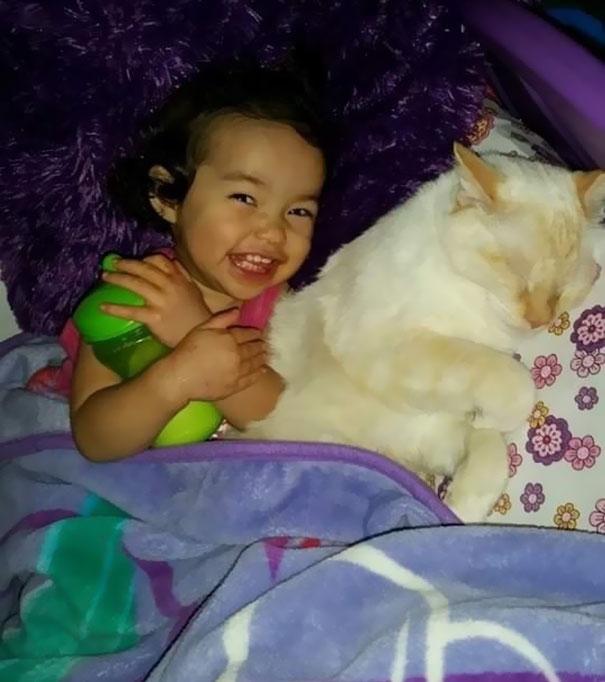 父母記錄「女孩與貓從小每天睡到大」萌翻全世界,感情好到爸爸媽媽狂吃醋!(10張)