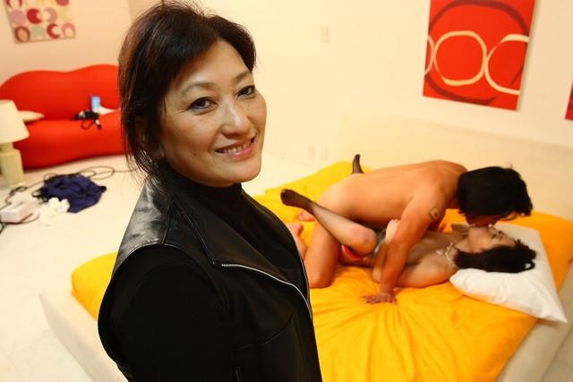 67歲台灣唯一色片女社長被捕「產業非常黑暗」,她透露:「假潮吹讓女生很痛苦!」
