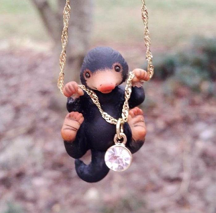 《怪獸與牠們的產地》萌度破表「玻璃獸項鍊」偷的不只是閃亮物品,連你的心不放過!