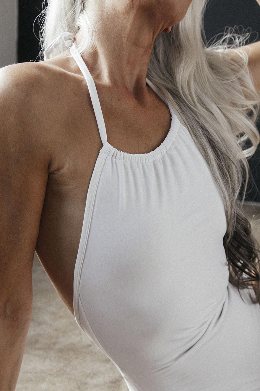 61歲女子把這款泳裝「穿得比年輕女生還美」!還透漏了自己如何保持性感的小秘密!