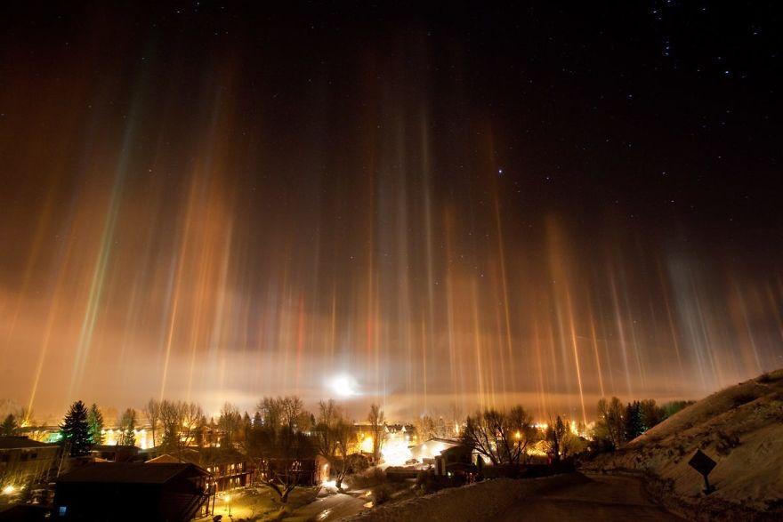男子半夜被兒子吵醒往窗外看,差點被「天堂光柱」嚇到尖叫!(26張)