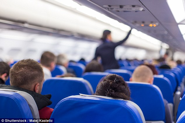 中年男搭飛機強迫隔壁16歲女「看色片」,空姐氣哭「無助又憤怒」!