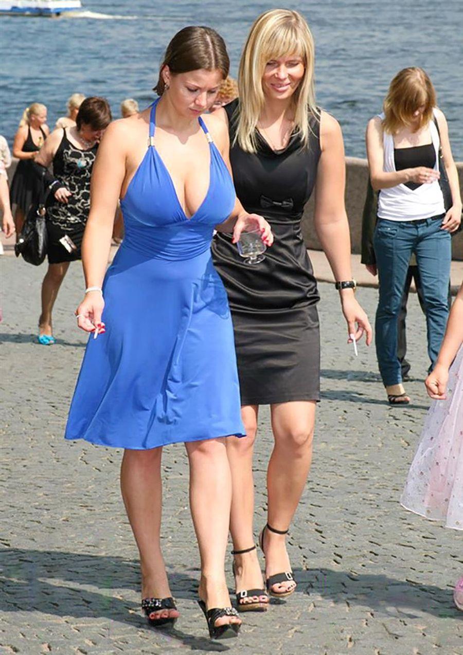 伴娘好友穿上「藍色深V洋裝」變焦點 她「跳起那一刻」驚呆網友:新娘一定超後悔!