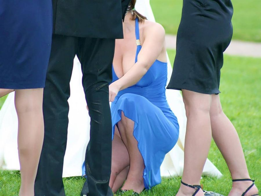 新娘請好友當伴娘,結果「乳爆」超辣伴娘「視覺暴力」搶走所有目光新娘超後悔!(9張)