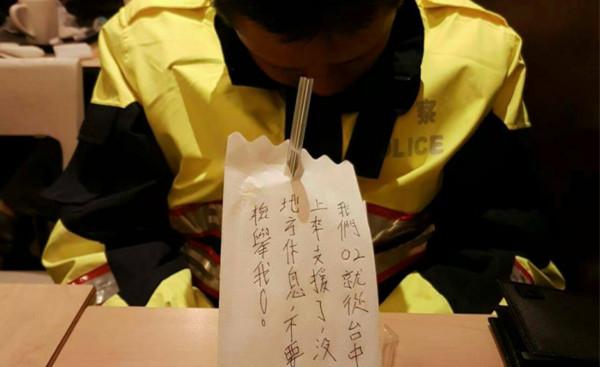 警察累癱沒地方休息「坐著睡覺」,紙巾跪求「別檢舉我」爆心酸!