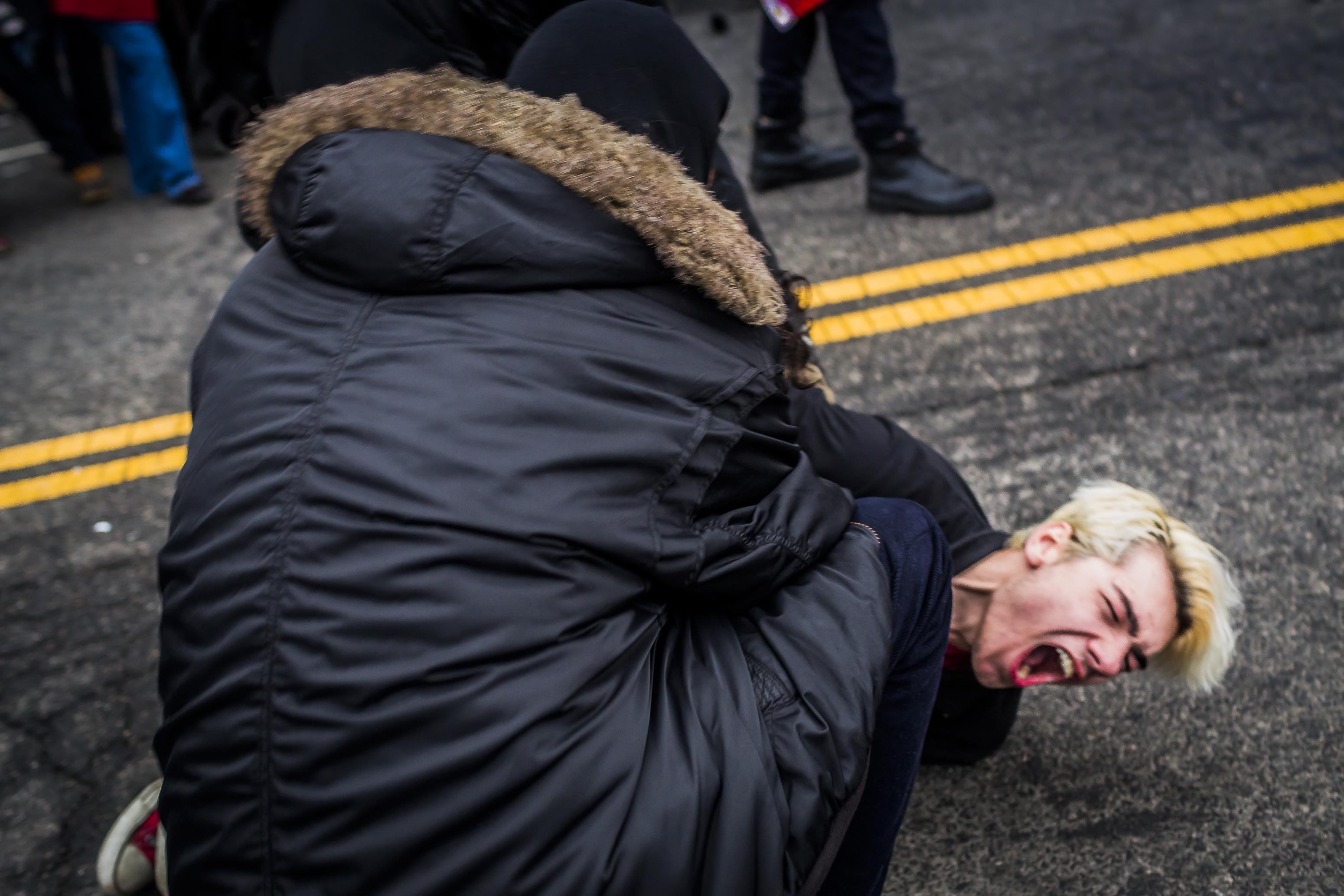 反川普遊行「跟戰場一樣」流血衝突不斷,抗議者被捕後恐面臨「10年監禁」!