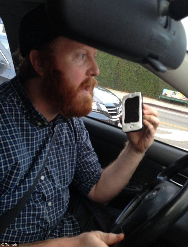 調皮哥拿「iPhone餅乾」講電話 警察看到他「把整支手機吃下去」超傻眼