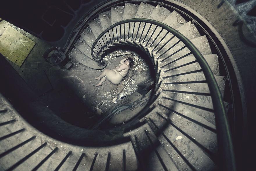 35張攝影師父親死亡後創作「勾起你內心最想隱藏的恐懼」淒美悲傷照片。