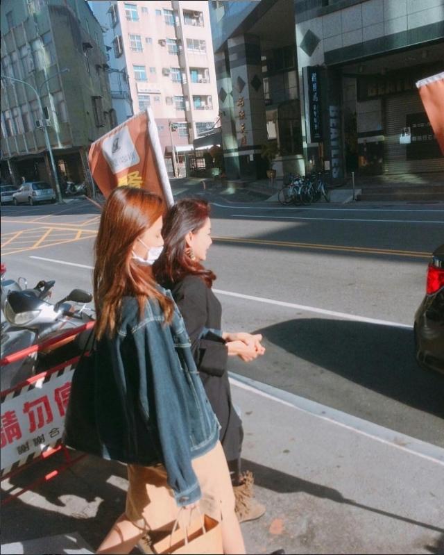 人氣女神周子瑜返台過年與「媽媽牽手在街上」被網友野生捕獲!(影片)