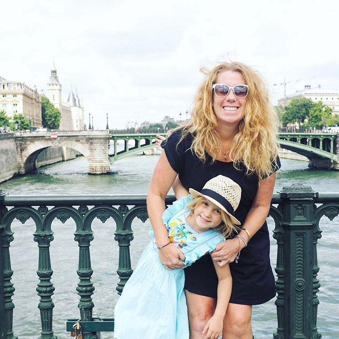 她辭職用人生積蓄帶6歲女兒環遊世界「目前不想回來」,摯友死去讓她有了第二生命!