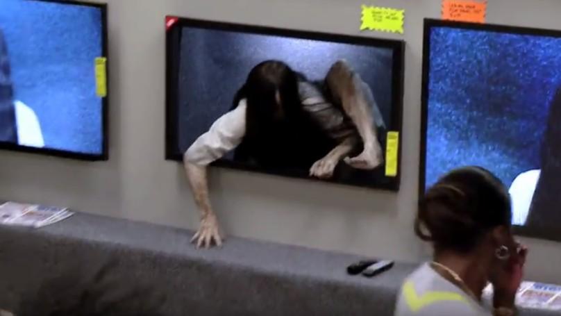 最新4K電視解析度太高,「貞子爬出來」顧客反應超爆笑!(影片)